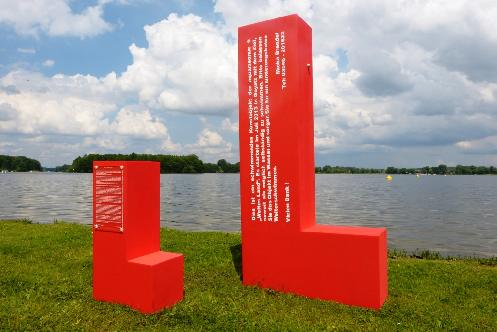"""""""ein L wird unterwegs sein"""" 2013, Schwimmobjekt und Standobjekt mit Text, Schwielochsee"""
